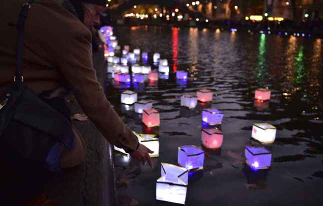 2048x1536-fit_13-novembre-2016-lors-ceremonie-lanternes-canal-saint-martin-hommage-victimes-attentats-13-novembre